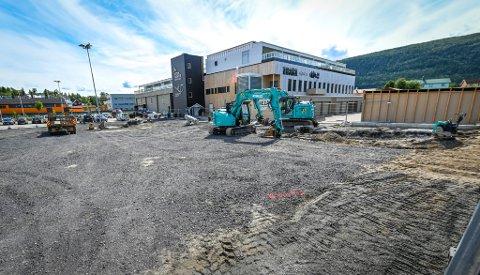Dersom det går den veien Moment Rana, Helgeland museum og Vitensenter Nordland vil, blir det bygd en aktivitetspark mellom Moment og Sjøfronten. Bildet er fra rivingen av de gamle garagerekkene og bygging av de nye.