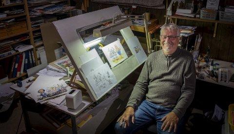 Kreativ: I dette rommet, som tegner og satiriker Tore Magnor Furuhatt (75) kaller «hula si» slipper han kreativiteten løs. Akkurat nå nyter debatten rundt kvaliteten på tarmkreftkirurgi i Helgelandssykehuset, godt av Furuhatts idérikdom og gode strek. Foto: Øyvind Bratt