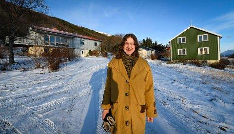 Belgiske Katleen Weverbergh starter med økologisk gårdsdrift på Handnesøya, og har kjøpt gården Riksen etter Gunnhild Forsland.