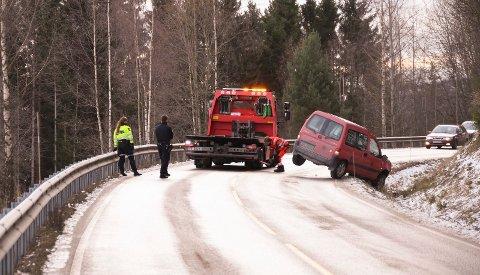 Utforkjøring: Ingen kom til skade da en bil havnet i grøfta  i Nesvegen søndag formiddag.
