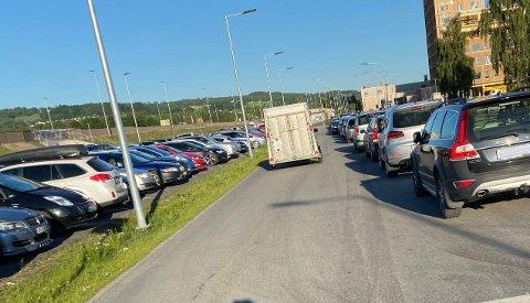 HALVE VEGEN: En lang rekke parkerte biler la beslag på halve Tårnvegen sankthansaften. Det var ikke mulig for to biler å passere hverandre.