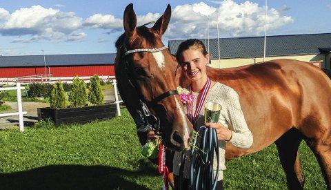 Hedda Bergseth Aaboen ble i helgen Norgesmester i Children sprang med hesten Amycara C. Foto: Privat