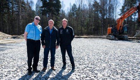 HSK-leder Jan Erik Gulbrandsen, HBKs daglige leder Åge Amundsen og leder i Heradsbygda Håndballklubb Kjell Strandi er fornøyde med at banekapasiteten utvides i Schjongslunden.