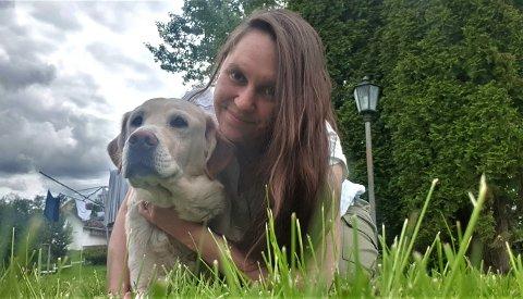 LETTET: Tatsiana Siarpilina (27) er glad for at hunden Zhulik overlevde fallet ned mot elva ved Hønefossen.