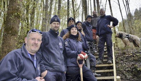GODT JOBBA! Seniorrådgiver Petter Braaten (foran) hadde med seg ni personer fra ulike distrikter av Statens Naturoppsyn i Holtnesdalen en hel uke.