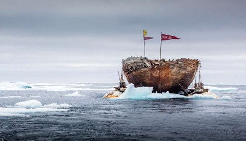 Vraket av polarskipet Maud reddes i Cambridge Bay.