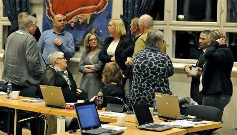 Gruppemøte: Arbeiderpartiet avholdt gruppemøte i kaffepausen før politikerne kunne si endelig JA til folkeavstemming. Begge foto: Svein-Ivar Pedersen