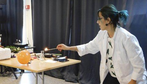 EKSPERIMENT: Selda Ekiz som er fra Sande  viste fram fysikktriks til store og små.