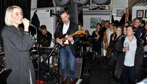 JAMMEN BLE DET JULEJAMMEN!: Ina Wroldsen var blant de mange artistene som deltok på årets julejam i et fullstappet Draaben-lokale onsdag kveld. Her er hun på scenen sammen med gitarist Torkil Myhre og keyboardist Lars Støvland.