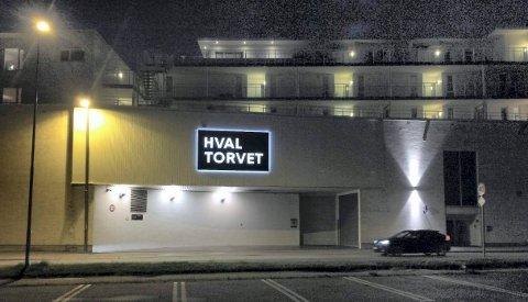 HVALTORVET: Fasadeskiltene er verken skjemmende eller sjenerende i seg selv, eller i forhold til omgivelsene, mener fylkesmannen.