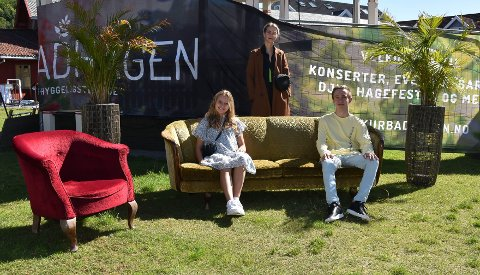 HAGEFESTIVALEN: På knappe to uker fikk Kurbadhagen stablet en musikkfestival på beina. To av artistene som skal synge torsdag er Isabel Bohmann (18) og Oscar Almquist (20). I midten står Ida Stein (27) som både er arrangør og artist under festivalen. FOTO: Vibeke Bjerkaas