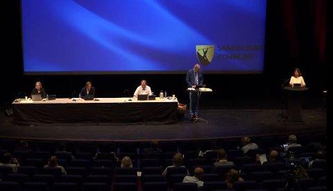 AVKORTET: På grunn av tekniske problemer ble mange av sakene til kommunestyremøtet torsdag utsatt til 23. august. SKJERMDUMP: KOMMUNE-TV