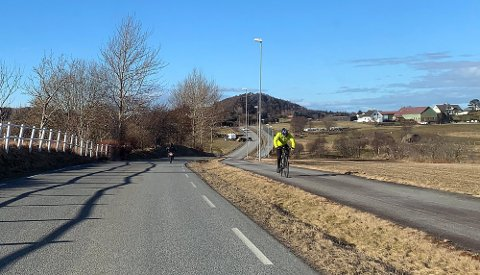 Her på Bærheimsveien er det for mange som ikke holder 50 km/t-grensen. Majestetiske Kjerrbergtoppen i horisonten.