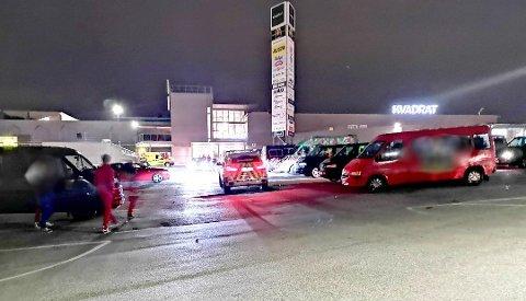 Politiet måtte gjentatte ganger reise til parkeringsområdet til Kvadrat for å be russen senke lydnivå. Forsøpling var også en utfordring.