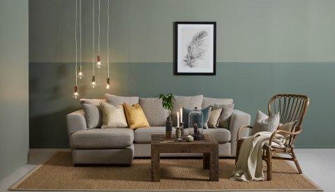 Dempede grønntoner virker rolige, og i samspill med gulv, sofa og øvrig interiør skapes her en lys og rolig atmosfære.