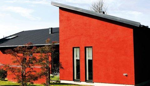 Rødt kler de fleste hus, og passer i by og bygd.