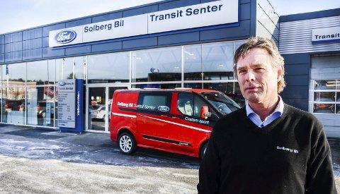 GOD FART: Solberg bil hadde en god januarmåned hva salg av nyttekjøretøy angår. Salgsansvarlig Christer Bråthen er fornøyd med utviklingen. (foto: Fredrik strøm)