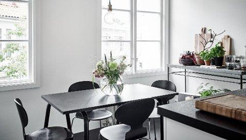 I et rom med kun harde flater og materialer blir det ubehagelig mye støy når mange samles rundt bordet. Foto: Borge/ANB
