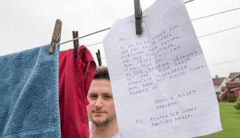 """IKKE POPULÆRT: """"Respekter våres høytidsdager"""", mener avsenderen som la denne lappen i postkassen til Alija Alajbegovic og foreldrene. Alija tar gjerne en prat om hva som er greit og ikke på søndager og helligdager, men ønsker seg dialog fremfor anonyme brev i postkassen. Foto: Erik Hagen"""