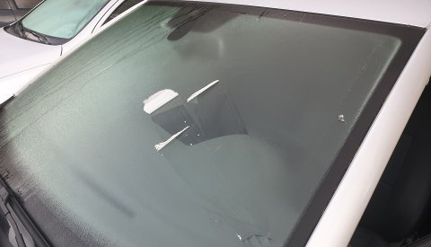 Det hadde torsdag morgen lagt seg et tynt lag is på biler på Gulset i Skien.