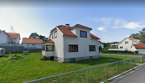 Dette huset, som ligger bak rådhuset i Langesund, skal rives. Her vil det på sikt bli parkeringsplasser.