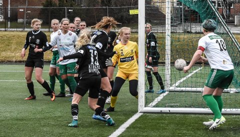 CUP: Sunniva Skoglund sto i mål for Urædd da Porsgrunns-klubben ble slått ut av Snøgg i cupen i fjor. Nå har hun blitt Snøgg-spiller.