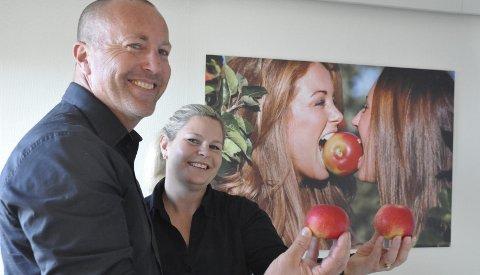 KVALITET: I bilder på alle rom og med frisk frukt skal gjestenes begeistring skapes, sier Vebjørn og Kaia Hagen.