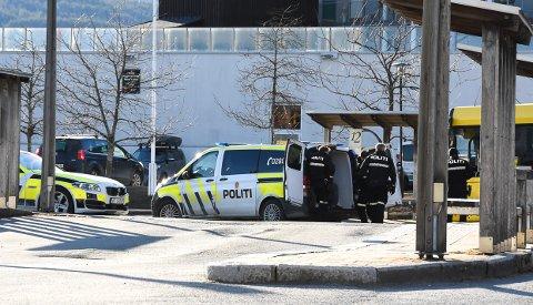 TIL ARREST: En beruset person ble tatt hånd om av politiet ved Kollektivterminalen på Notodden tirsdag ettermiddag.