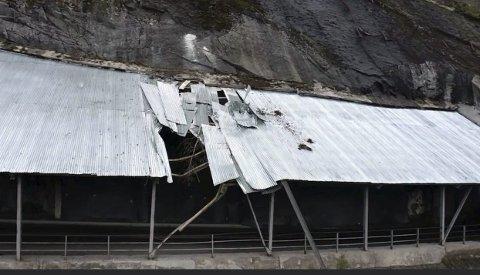 ARBEID: Veieier har jobbet intens med steinrensk i fjellsida over Maristigen  - der rasoverbygget går. Når er skredoverbygget sikret og løs stein i fjellet fjerna.