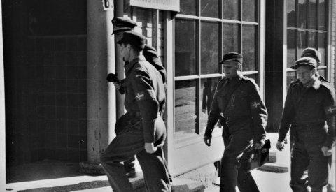 """""""Hjemmestyrkene overtar Ortskommandatur fra tyskerne 9. mai og setter opp sitt skilt """""""" Avsnittskommandoen"""""""". """""""