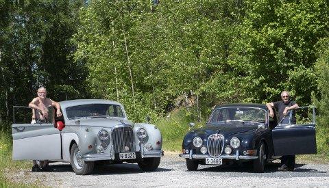 JAGUARER: Torgeir Haugen med sin Jaguar Mark VIII fra 1957 og Knut Ole Trosthoel med sin Jaguar S 1965-modell. De er enige om at så lenge de har gamle biler, har de alltid noe å henge fingrene i – heldigvis.