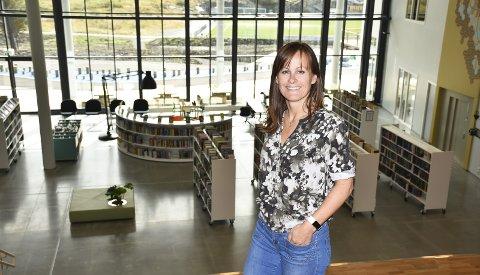 BIBLIOTEK MED UTSIKT: Biblioteksjef Heidi Lura viser fram Smølas nye bibliotek. Store glassfasader gir god utsikt.