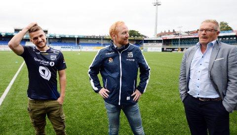 Flamur Kastrati ble presentert som KBK-spiller onsdag. Her sammen med sportslig leder Kenneth André Leren og sin agent Kevin Ingebrigtsen.