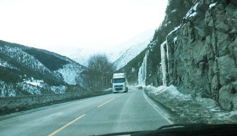 Dette vinterbildet fra riksvei 70 gjennom Gråura viser at det var nødvendig med sikring. Høsten 209 ble det satt opp fanggjerder og isnett her.