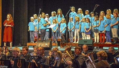 Mange aktører med konsert både på Tingvoll og i Kristiansund: Gina Ranheim Bjerkan (til venstre), Frei barnekor og Ynglingeforeningens musikkorps. (Foto: Gillian Varley)