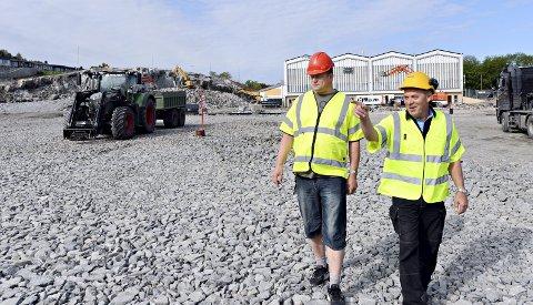 I rute: Per Inge Storvik (til venstre) i Atlanten Idrettspark og Per Mekvik i Mekvik Maskin forteller at nye Atlanten stadion skal stå ferdig i 2020 som planlagt.