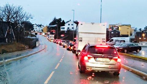 Kø ved Viadukten på vei inn mot Kristiansund sentrum onsdag morgen.