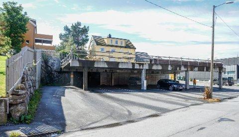 Ved parkeringsanlegget på St. Hanshaugen i Kristiansund setter folk fra seg biler og tilhengere over lengre tid, ifølge selskapet Erak Eiendom.