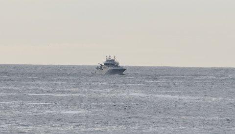 KOORDINERER: Offiserene om bord i KV «Nornen» koordinerer leteaksjonen i Tønsbergfjorden.
