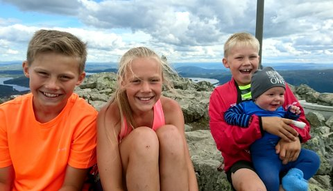 Spreke barn: Søsknene Vetle Lysne Johansen (13), Anna Lysne Johansen (11), Mikkel Lysne Johansen (9), Sondre Lysne Johansen (5mnd) på Bitihorn.