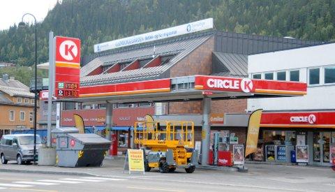 Nye logoer: Tirsdag kveld er arbeidene på tidligere Statoilstasjonen på Fagernes snart ferdige.