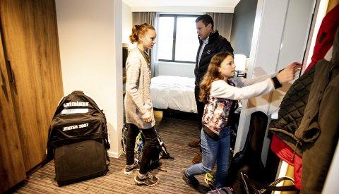 Nordire Ben Bachir og barna Wilma og Élise bor på Moxy hotell på Skjetten etter at de ble evakuert fra hjemmet sitt etter jordskredet i Nittedal i forrige uke. Jentene savner varmere klær og synes det er litt trangt å bo på hotellet. Alle foto: Tom Gustavsen
