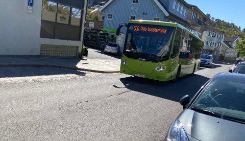 FOR TETT?: Folk er flinke til å holde avstand på bussene, men Ruter innrømmer at det mot kvelden på 17. mai kan ha vært flere enn det anbefalte antallet passasjerer ombord i bussene. FOTO: Ole Jonny Johansen