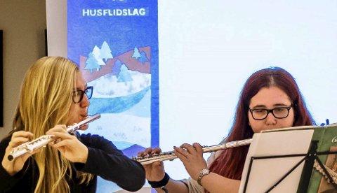 Vakkert: Kulturskoleelevene Iselin Tilley (t.v.) og Ida Miriam Eckmann åpnet jubileet med å varme husflidshjertene med Vivaldi, Tsjajkovskij, Mozart og Beethoven.Foto: Bonsak Hammeraas