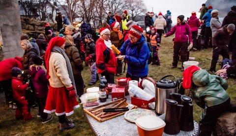 """FOLKSOMT: På fjorårets nissevandring var det folksomt ved """"grytene"""" og på låven på Revhaug gård i Kroer."""