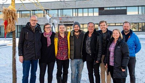 NÆRMER SGE ENIGHET OM BUDSJETTET: Fra Venstre: Ola Nordal (Ap), Kristine Lien Skog (SV), Martin Løken (MDG), Morten Anker (Rødt), Odd Vangen (SP), Edvin Søvik (Ap), Maria-Therese Jensen (V) og Åsgeir Almås (KrF)