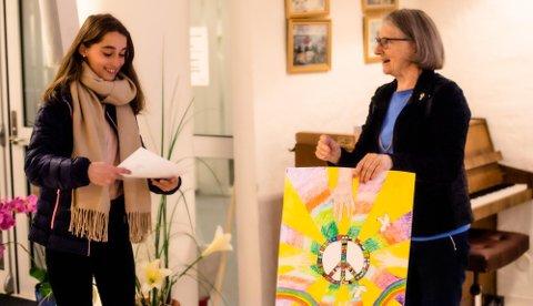 Enkela Aliu (12) under prisutdelingen for vinnerbildet fra Brønnerud skole. Prisutdeler er Grete Skrede i Lions Ås/Eika.