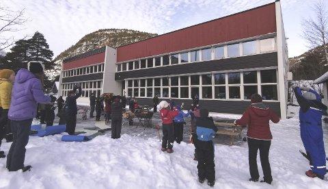 Solfest:  Både store og små ved Gjøra Oppvekstsenter var med på dans til ære for sola.Foto: Ole Bruseth