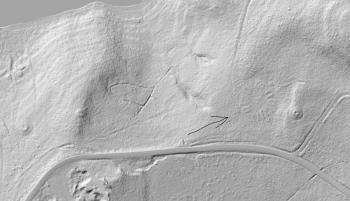 Tunanlegg Bindal påvist på LIDAR-foto. De runde forhøyningene på begge sider er gravhauger.