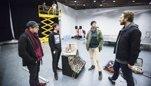 (Fra venstre) Jørgen Træen, Frode Flatland Lars Vaular og Kjetil Møster jobber hele uken med rigging i Henie Onstad Kunstsenter.